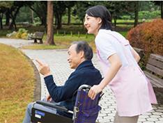 車いすを押す介護士の写真